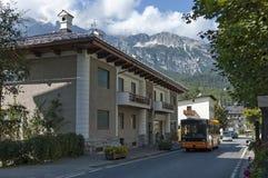 Corso autunnale Italia, il distretto residenziale nel ` Ampezzo della cortina d della città con la montagna, dolomia, alpi, Venet Immagine Stock