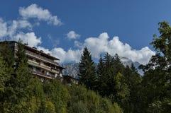 Corso autunnale Italia, il distretto residenziale nel ` Ampezzo della cortina d della città con la montagna, dolomia, alpi, Venet Fotografia Stock