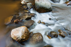 Corso d'acqua della roccia di Brown con acqua corrente Fotografie Stock Libere da Diritti