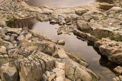 Corso d'acqua secco del fiume con le rocce ed acqua Immagine Stock