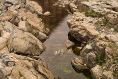 Corso d'acqua secco del fiume con le rocce ed acqua Immagine Stock Libera da Diritti