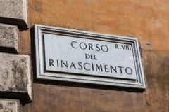 `-Corso del Rinascimento ` återställde den roman inskriften för marmor, Rome, Italien Arkivbilder