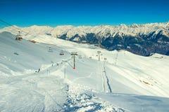 Corso dello sci e cabina di funivia nelle montagne, Francia, Europa Fotografia Stock Libera da Diritti