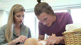 Corso di assistenza all'infanzia di Helping Student On dell'insegnante per cambiare pannolino stock footage