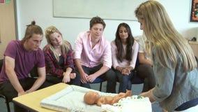 Corso di assistenza all'infanzia di Helping Students On dell'istitutore per cambiare pannolino archivi video
