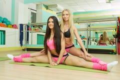 Corso di formazione Donne sexy che fanno allungamento Immagini Stock Libere da Diritti
