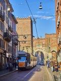 Corso di Porta Ticinese-straat met Antica Porta Ticinese op de achtergrond Milaan, Lombardije, Italië stock foto's