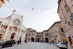 Corso Duomo och facade av den Modena domkyrkan, Italien Royaltyfria Bilder