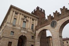 Corso Porta Nuova ulica i średniowieczny bramy Portoni della stanik, Verona, Włochy zdjęcie stock