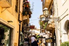 Corso Umberto den huvudsakliga gatan i historisk mitt av Taormina royaltyfri fotografi