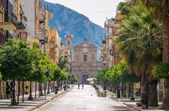 Corso Umberto I σε Bagheria, με την εκκλησία Madrice στο υπόβαθρο Επαρχία του Παλέρμου, Σικελία, Ιταλία στοκ φωτογραφία με δικαίωμα ελεύθερης χρήσης