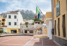 Corso Vittorio Emanuele II e praça Moro, em Oliena, Nuoro, Sardinia, Itália, Europa fotos de stock royalty free