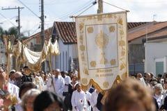 Cortège avec fidèle catholique dans le jour de Corpus Christi Photos stock
