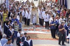 Cortège avec fidèle catholique dans le jour de Corpus Christi Photographie stock libre de droits
