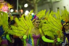 Cortège d'Espagnol Carnaval chez Sitges dans le temps de soirée Catalo Photographie stock