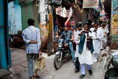 Cortège dans l'allée à Varanasi image stock