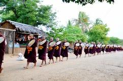 Cortège de moine marchant sur la route image stock