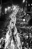 Cortège de nuit par Séville par des pénitents Photo stock
