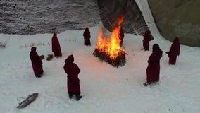 Cortège de torche Le feu rituel longueur Groupe de moines dans la robe longue de capot marchant le long de la traînée de neige d' clips vidéos
