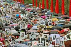 Cortège des personnes locales avec des photos de leurs parents dans le régiment immortel sur Victory Day annuelle sur la colline  Image libre de droits