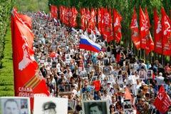 Cortège des personnes locales avec des photos de leurs parents dans le régiment immortel sur Victory Day annuelle sur la colline  Photos stock
