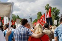 Cortège des personnes locales avec des photos de leurs parents dans le régiment immortel sur Victory Day annuelle sur la colline  Photographie stock