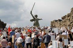 Cortège des personnes locales avec des photos de leurs parents dans le régiment immortel sur Victory Day annuelle sur la colline  Images stock