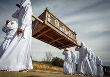 Cortège traditionnel de Pâques dans la confrérie avec le cercueil images stock