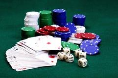 Corta, cartões e microplaquetas do póquer Imagem de Stock