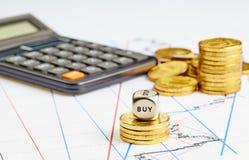 Corta el cubo en cuadritos con la palabra COMPRA, monedas, calculadora en el ch financiero Imágenes de archivo libres de regalías