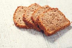 Corta el pan hecho en casa del grano en los tableros Foto de archivo libre de regalías