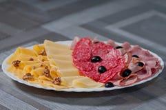 Corta el queso de las aceitunas negras de la salchicha Fotografía de archivo