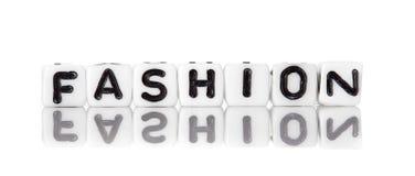 Corta en cuadritos con las letras que forman palabra: moda Imagen de archivo