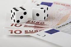 Corta en cuadritos en el dinero en circulación euro Imagen de archivo