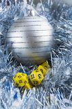 Corta en cuadritos para el RPG, el tablero, o los juegos tableros y las decoraciones del Año Nuevo de la Navidad: hoja azul y bol fotografía de archivo libre de regalías