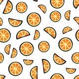 Corta o fruto alaranjado fresco no teste padrão branco do fundo Imagem de Stock Royalty Free