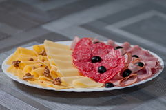Corta o queijo de azeitonas pretas da salsicha Fotografia de Stock