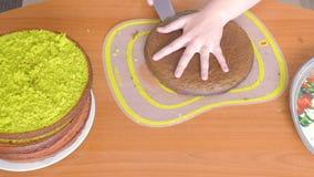 Corta una torta de la galleta verde oscuro del color almacen de video