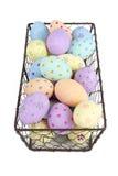 Cortado de ovos da páscoa pintados na bandeja do fio Imagem de Stock Royalty Free