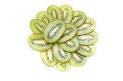 Cortado em fatias de uma placa de quivi do fruto tropical no fundo branco imagem de stock
