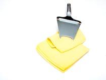 Cortado?? queijo na bancada branca apresentada verticalmente com uma faca para o queijo Imagens de Stock