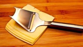 Cortado?? queijo na placa Fotos de Stock