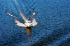 Cortador blanco en agua Foto de archivo
