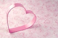 Cortador cor-de-rosa do bolinho do coração fotografia de stock royalty free