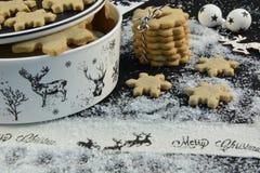 Cortador da cookie do Natal com rena, açúcar e estrela fotos de stock