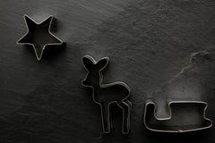 Cortador da cookie do Natal no fundo preto Imagem de Stock