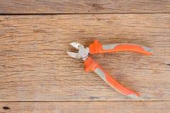Cortador de alambre en el fondo de madera Foto de archivo libre de regalías