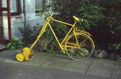 Cortador de grama amarelo incomum Imagem de Stock Royalty Free