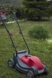 Cortador de grama na grama Fotografia de Stock Royalty Free