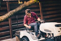 Cortador de grama profissional da equitação do gardner - detalhes ajardinando e de jardinagem Imagens de Stock Royalty Free